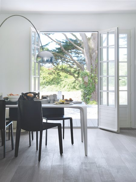 The dining area is just steps from the outdoors. A B&B Italia dining table and chairs create a minimalist setting.