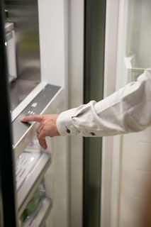 Column Refrigeration gives you true personalization with independent temperature zones. Variable Temperature Zones (VTZ) technology allows you to control and adjust the temperature of separate storage zones independently—all at the touch of a button.