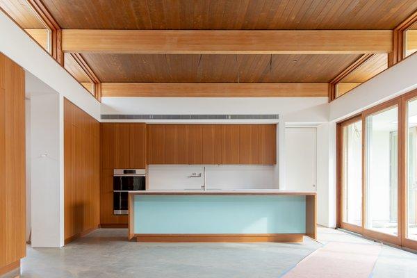 A Palm Springs Net-Zero Prefab Flaunts an Elegant, Airy Kitchen