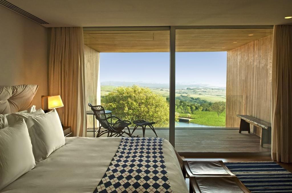 Bedroom, Bed, Table Lighting, and Rug Floor  Fasano Boa Vista