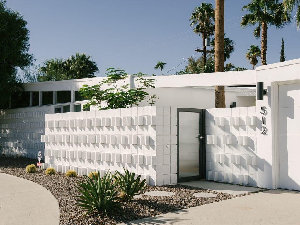 Outdoor, Concrete Patio, Porch, Deck, Hardscapes, Small Patio, Porch, Deck, Front Yard, Concrete Fences, Wall, and Shrubs  Le Mode PS