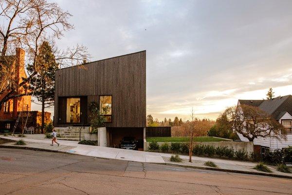 "A Darkened Cedar Dwelling in Portland Embodies ""Less But Better"" Design"