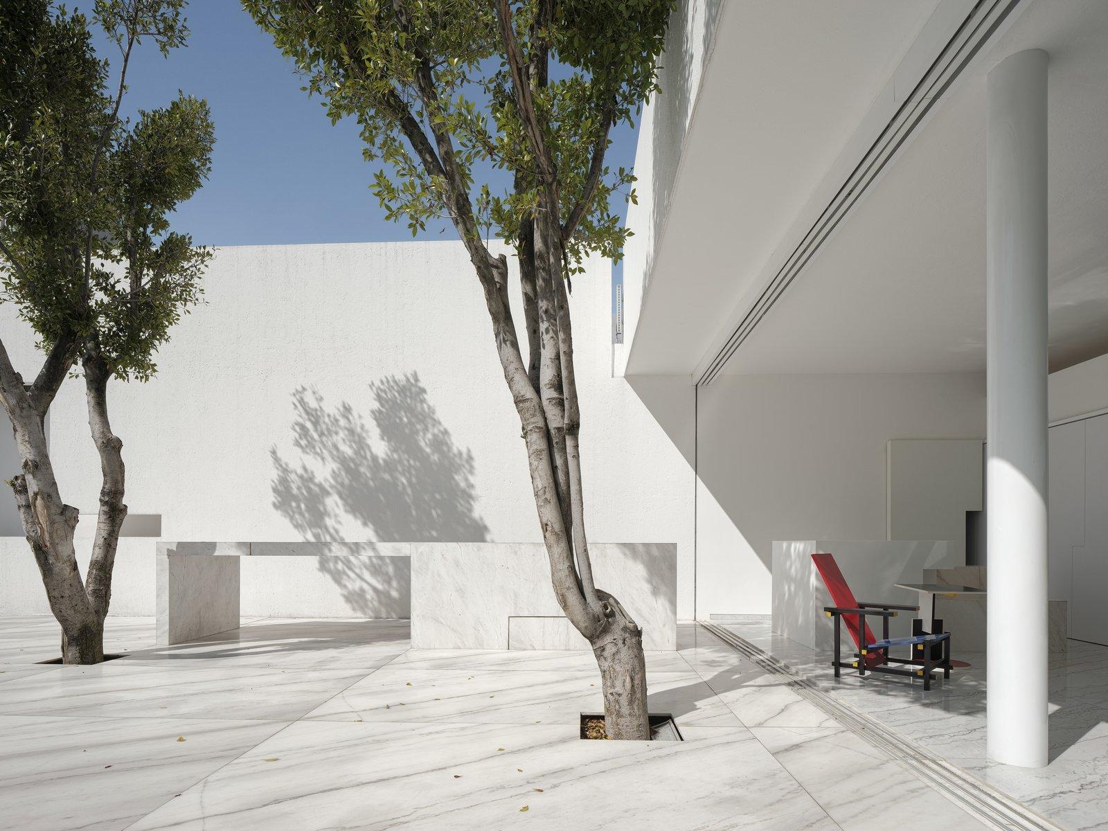 Miguel Angel Aragonés Rombo III marble exterior courtyard