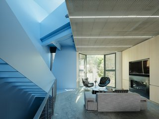 "This ""Well-Behaved"" Home Hides an Ocean of Blue Behind its Doors"