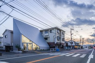 A Japanese Painter's Wedge-Shaped Home Tucks its Living Space Behind a Gallery Wall