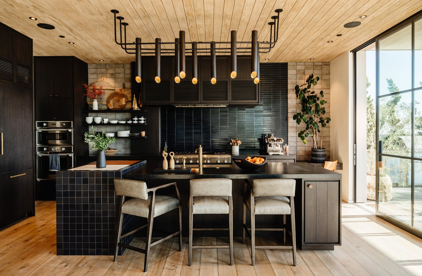 An Architect's Dream Kitchen Channels SoCal's Laid-Back Vibes With a Fusion of Homey Materials