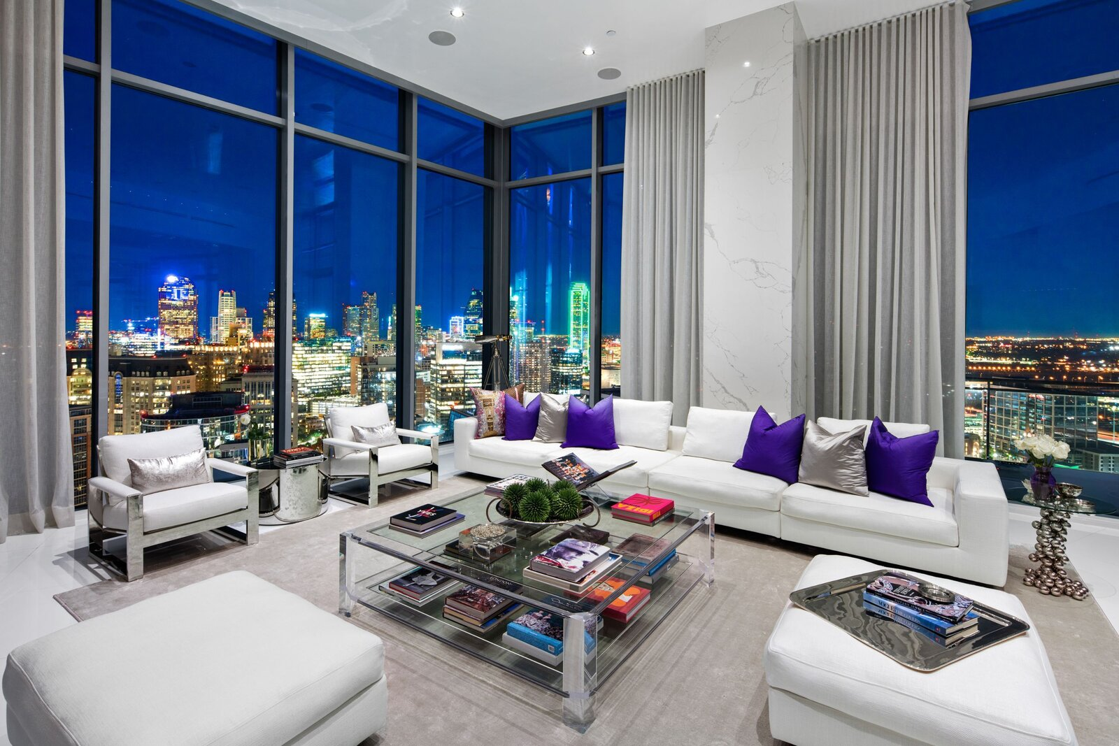 Photo 7 of 10 in An Indoor/Outdoor Penthouse With Downtown Dallas Views Wants $5.7M