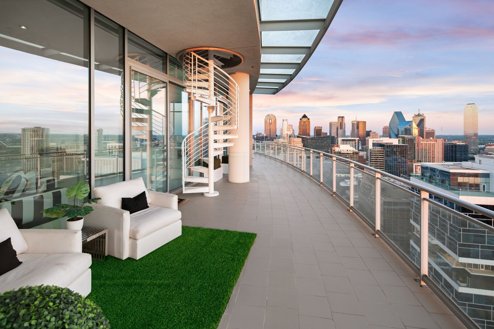 Photo 4 of 10 in An Indoor/Outdoor Penthouse With Downtown Dallas Views Wants $5.7M