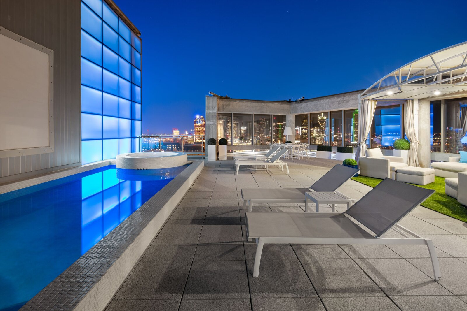 Photo 9 of 10 in An Indoor/Outdoor Penthouse With Downtown Dallas Views Wants $5.7M