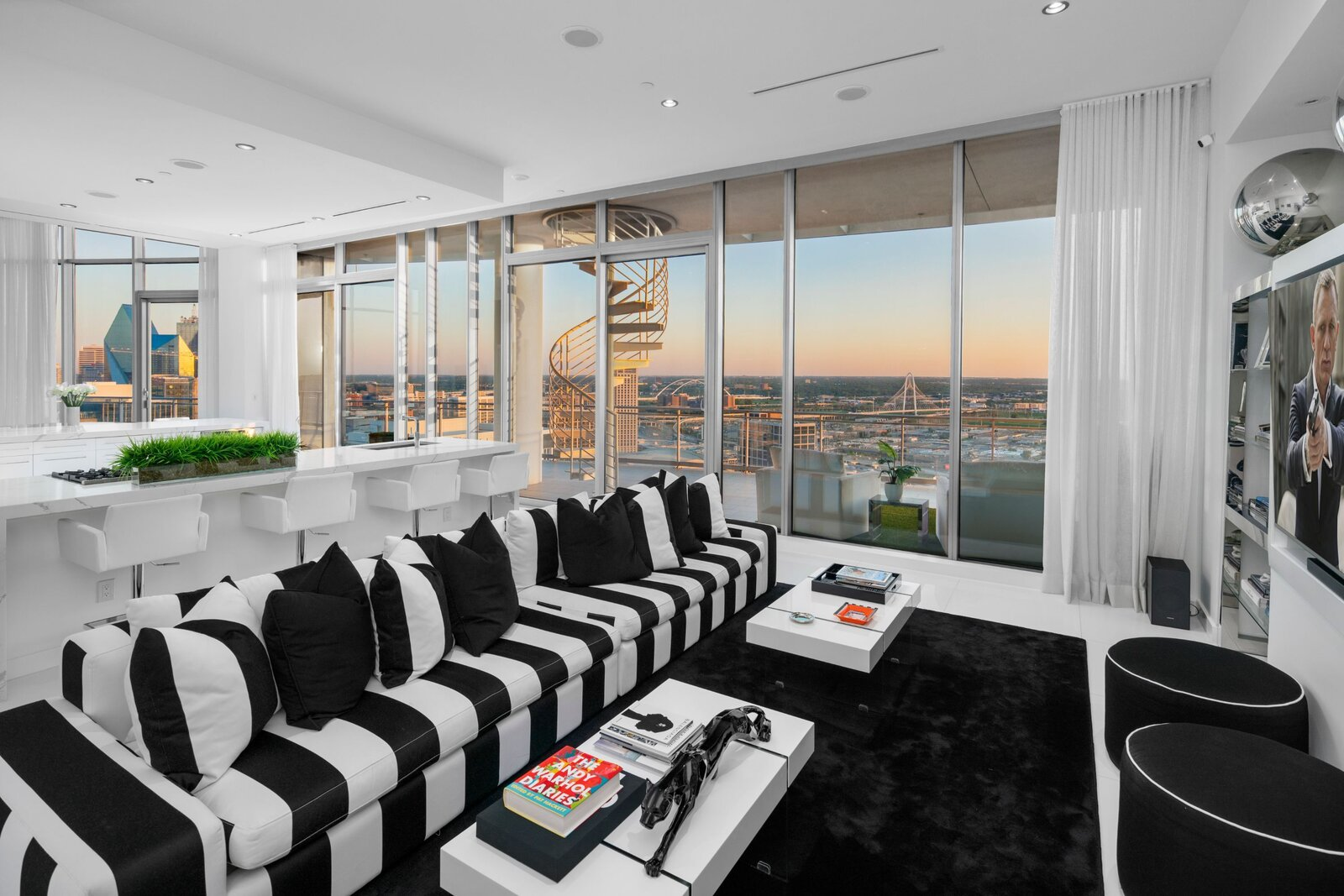 Photo 3 of 10 in An Indoor/Outdoor Penthouse With Downtown Dallas Views Wants $5.7M