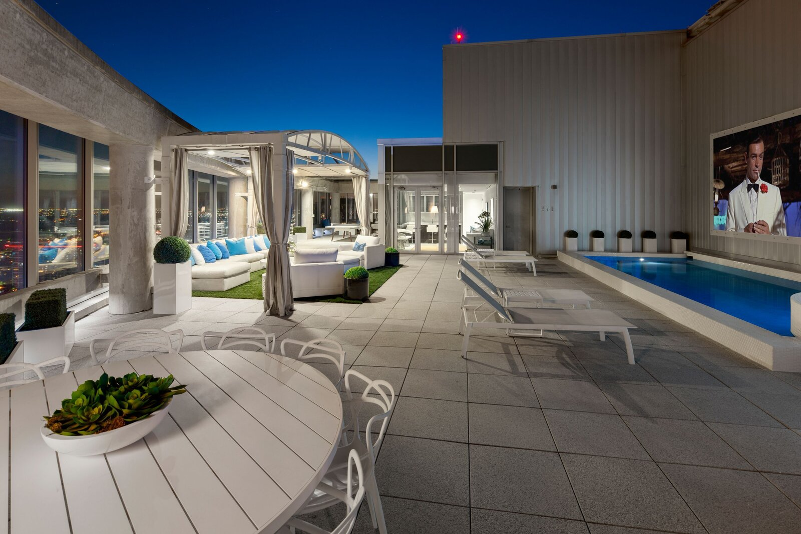 Photo 10 of 10 in An Indoor/Outdoor Penthouse With Downtown Dallas Views Wants $5.7M