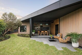 An Angled Expansion Gives a Bungalow in Melbourne an Open-Air Slant