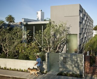 The Goodman Residence is located on a typical narrow lot in Venice Beach, California. A single linear bar traverses the entire home along the property line and strings the interior spaces together. The result is a Southern Californian indoor/outdoor home that preserves privacy in a condensed and urban environment.
