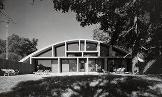 In Lawrence, Long Island, Breuer designed the Geller House II, which employs a curved concrete roof form, resting on four abutments, that gives the interior living spaces a dramatic shape. (1967-1969)