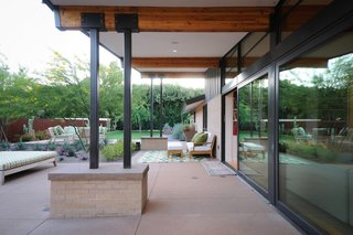 After adding a garage, guest house, pool, and garden, Woolsey created a large patio designed for outdoor dinner parties where friends and family can spend long evenings enjoying the desert sunsets.