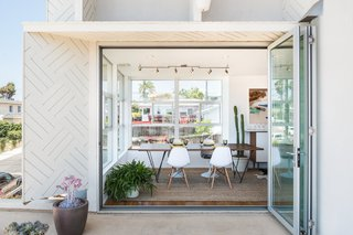 Sitting on the ground floor is the dining area, which they elevated in order to take advantage of natural light and to have access to the outdoor deck.