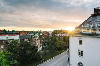 This view highlights the sunset that can be seen from the rooms on the top floor, which overlooks the Östermalm neighborhood.