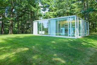 The property includes a private guest house that's set to one side of the house. It holds three bedrooms, a kitchen, and a laundry area—all of which is surrounded by four walls of glass and steel.