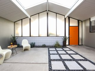 Some have come to believe that an atrium is the most essential element of an Eichler home. Like many modern houses built in Southern California, this space helps blur the lines between inside and out.