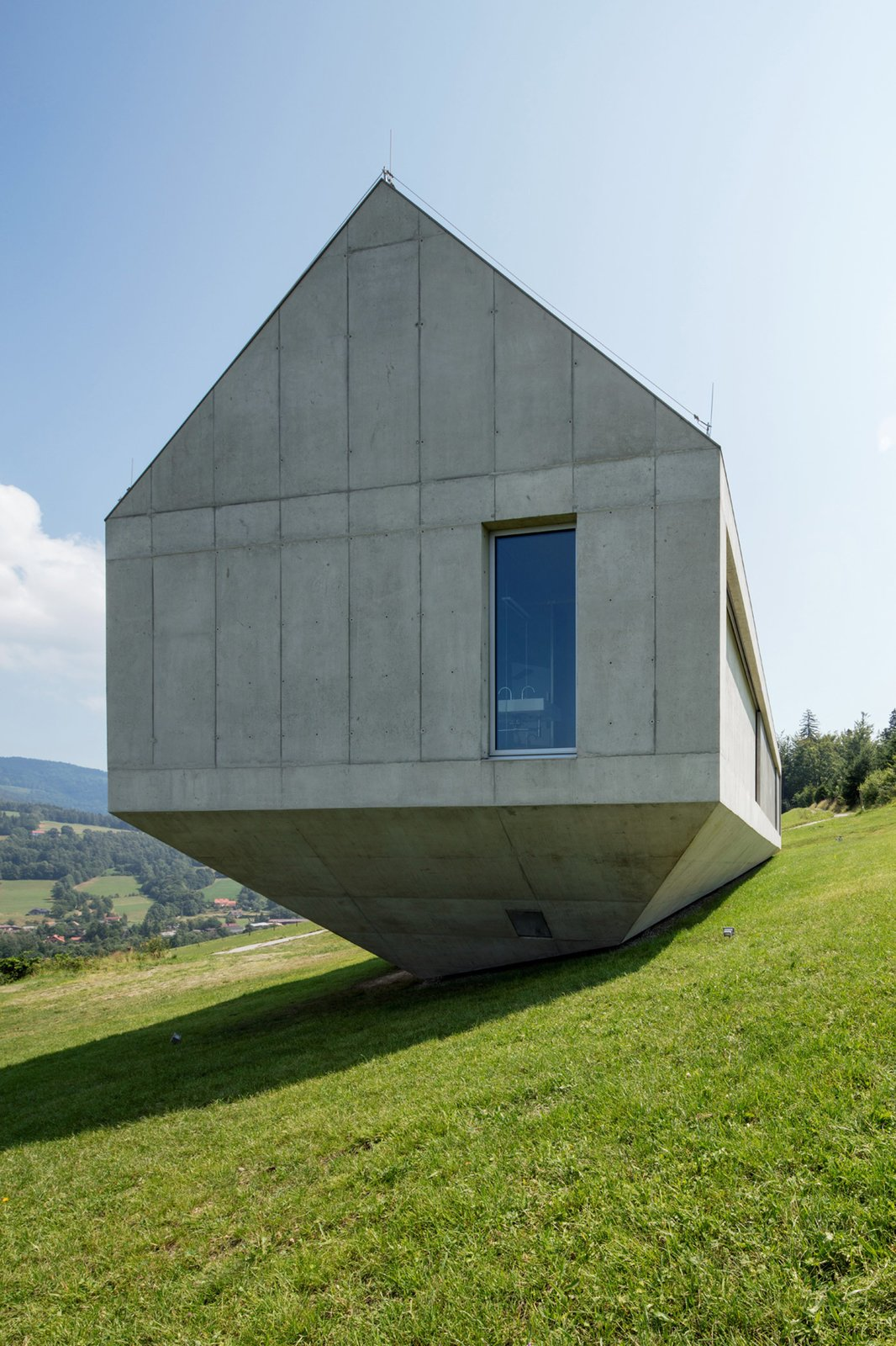 Photo 4 of 8 in A Striking Modern House Built In A Pastoral Landscape