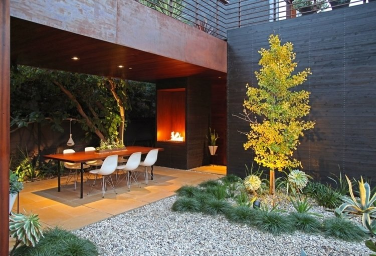 Outdoor, Side Yard, Hardscapes, Gardens, Shrubs, Garden, Trees, and Walkways  Venice House
