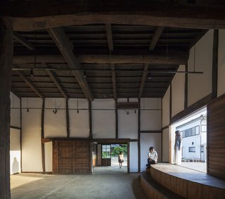 Activating the warehouse into a venue, a new stage was added to the interior to host performances and meetings.