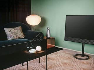 The BeoVision Horizon has built-in sensors to measure lighting conditions and adjust screen brightness. It can access online content via Android Smart TV and Google Cast.