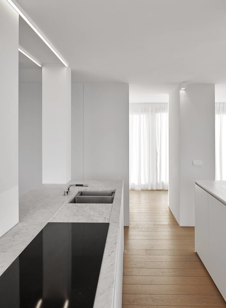 Kitchen, Undermount Sink, Light Hardwood Floor, and Cooktops  Photo 3 of 11 in 10 Minimalist and Monochromatic Homes in Belgium from De Panne by minus