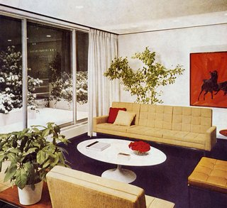 Florence Knoll seating designs installed in the office of Cowles Publications, where a sculptural Saarinen coffee table takes center stage. Image from the Knoll Archive.