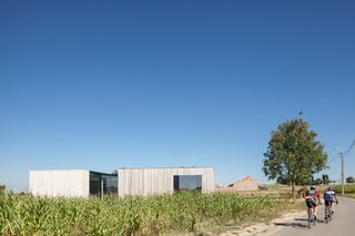 Defying traditionalism: concrete bungalow inserted in a rural Belgian landscape - Photo 3 of 13 -