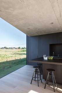 Defying traditionalism: concrete bungalow inserted in a rural Belgian landscape - Photo 6 of 13 -