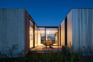 Defying traditionalism: concrete bungalow inserted in a rural Belgian landscape - Photo 11 of 13 -