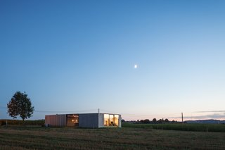 Defying traditionalism: concrete bungalow inserted in a rural Belgian landscape - Photo 13 of 13 -