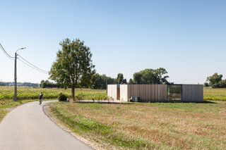 Defying traditionalism: concrete bungalow inserted in a rural Belgian landscape - Photo 1 of 13 -