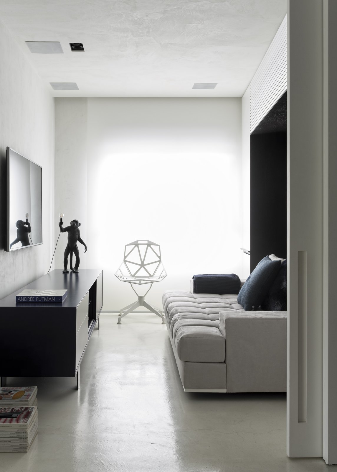 Photo 5 of 8 in A Brazilian Bachelor Pad Embraces Light and Darkness ...
