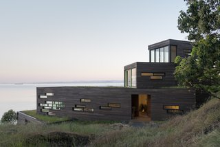 Top 5 Homes of the Week That Are Strongly Connected to Bodies of Water - Photo 1 of 6 -