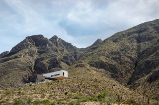 A Cleverly Camouflaged Family Home Floats Above the West Texas Mountainside