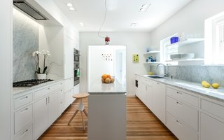 A cleansing solution of vinegar, baking soda, and water prevents staining in white kitchens.