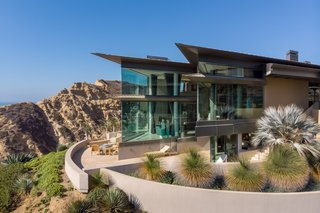 An Idyllic Oceanfront Home in Southern California Asks $18.5M