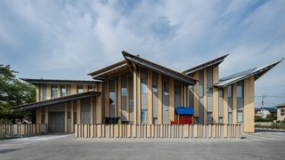 The multiple pitched roof design of Aitoku Kindergarden reflects the city scape—with each angled roof expressing the natural rhythm of a town.