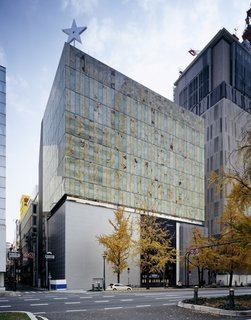 The external walls of the LVMH headquarters in Osaka were fabricated from onyx plates sourced from Pakistan, which were sliced down to four millimeters thick before being sandwiched between glass plates.