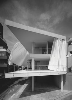 Shigeru Ban: The Curtain Wall House in Tokyo, Japan, 1994-1995