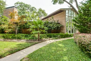 A Frank Lloyd Wright-Inspired Waterfront Masterpiece in Dallas Is Up For Auction - Photo 2 of 15 -
