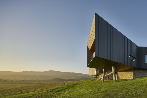 Therobust dwelling actively explores the relationship between structure and scenery.