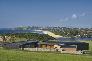 Headland House is positioned on the top of a hill on a 150-acre site where a ridge connects the Illawarra slope to the sea. From its elevated position, the residence enjoys sweeping views of Werri Beach and Geering Bay, as well as the grazing dairy cows in the nearby green pastures.