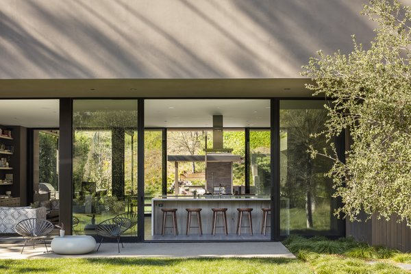 The seamless integration of the outdoors is perhaps best sensed in this image. The kitchen opens to a terrace with views straight through to the pool area on the other side, allowing for cross-breezes and the indoor/outdoor lifestyle that Southern California is known for.