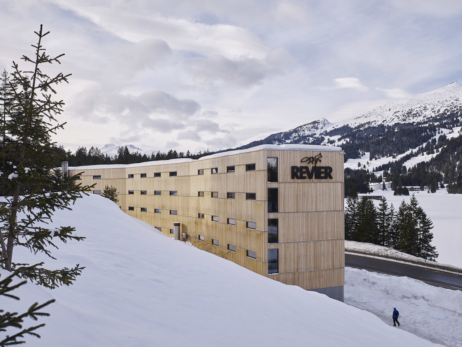 The two angled elements of the building follow the shoreline of the Heidisee Lake.