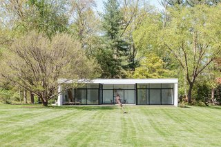 The detached guesthouse is reminiscent of Philip Johnson's iconic Glass House.