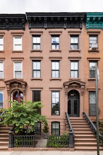 Located at the intersection of Park Slope, Boerum Hill, and Prospect Heights, the area offers easy access to an abundance of restaurants, cafes, and shops, including The Brooklyn Academy of Music, Barclay's Arena, and Prospect Park.