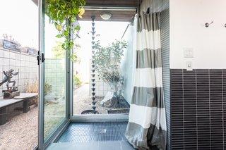 Theindoor-outdoor shower.